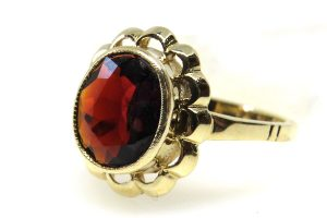 9ct 375 Yellow Gold Vintage Garnet Solitaire Ring